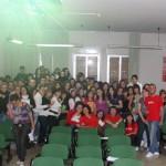Il gruppo giovani, in maglia rossa, insieme agli studenti del Pacle.